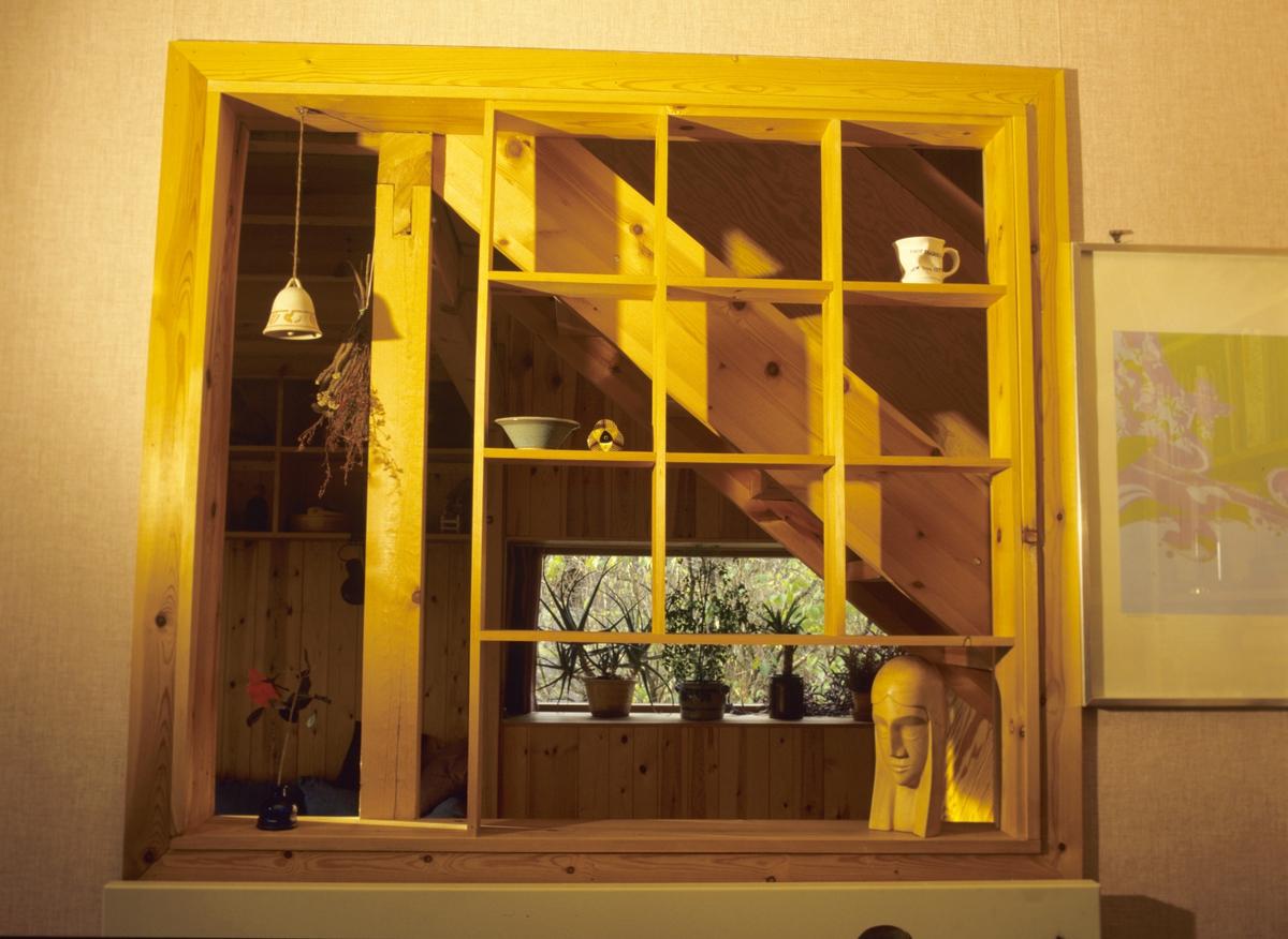 """Hyller i gammel vindusåpning mellom gammel og ny del i Vestbyveien 17, Oslo, et prefabrikert """"svenskehus"""" fra 1948,  ombygget i 1976. Illustrasjonsbilde fra Bonytt 1986."""