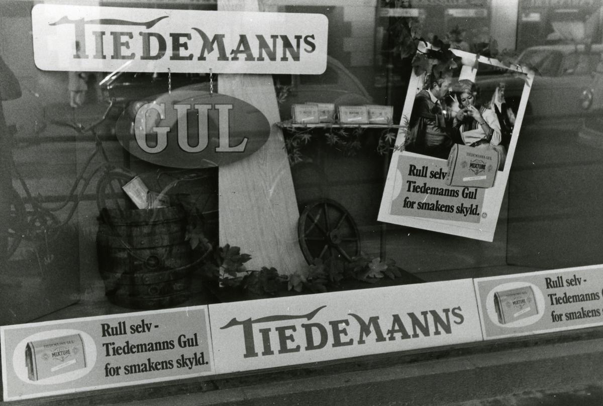 Vindusutstilling med reklame for Tiedemanns Gul.