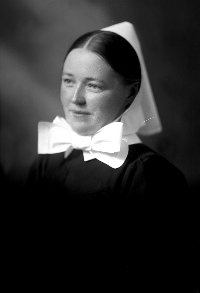 Portrett, sykepleier. Søster Martha Johansen.