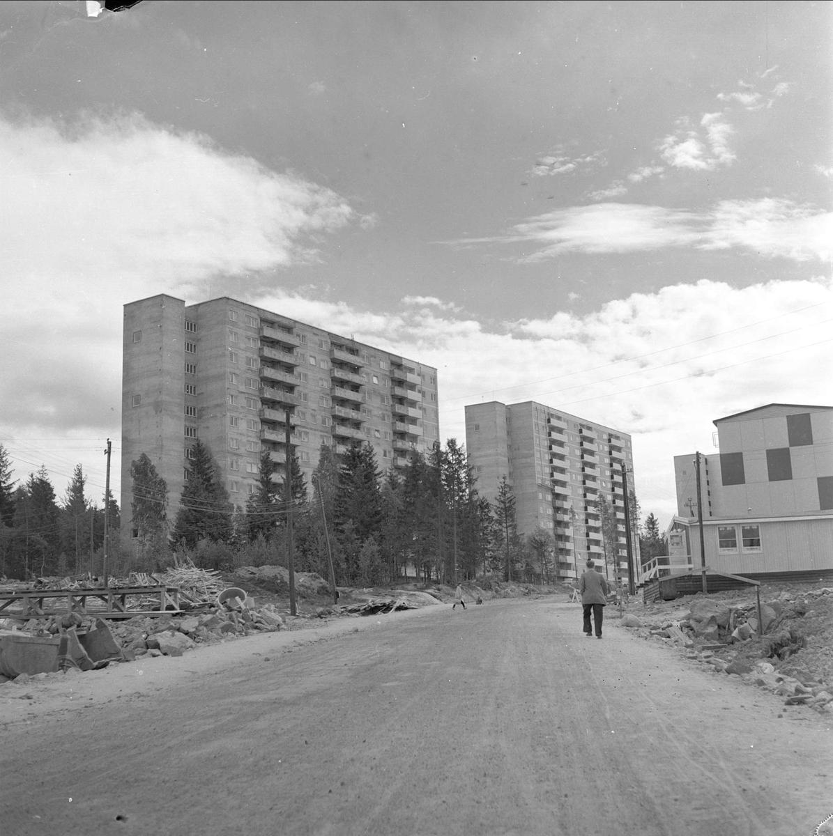 Bøler, Oslo, 03.06.1957. Byggefeltet. Vei og boligblokker.