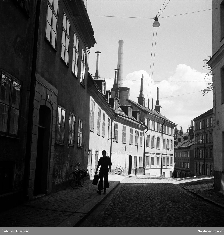 En springpojke i Pryssgränd, Södermalm, Stockholm.