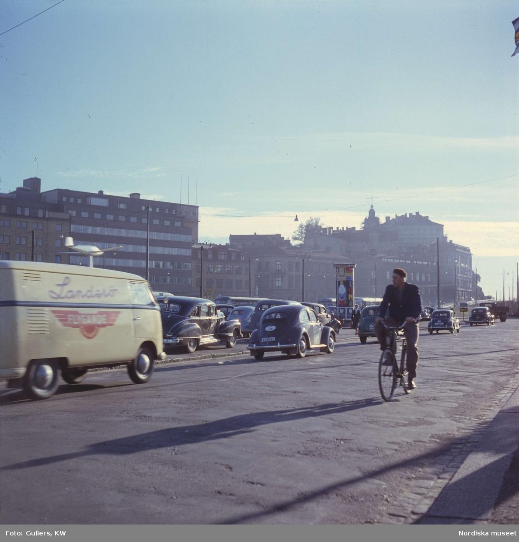 Göteborg. Gatubild med cyklist  och bilar.