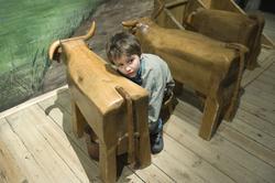 Lekstugan i Nordiska museet. Emil 7 år leker.