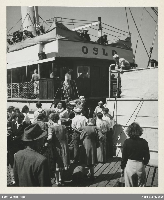 """Fjällbacka, Bohuslän. Människor på brygga vid passagerarfartyget """"Oslo""""."""