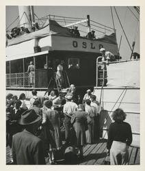 Fjällbacka, Bohuslän. Människor på brygga vid passagerarfart