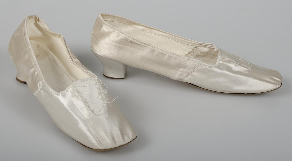 Ett par damskor av gulvitt siden. Brun lädersula. Fodrade med vitt skinn  och vit 00c083c7ec905