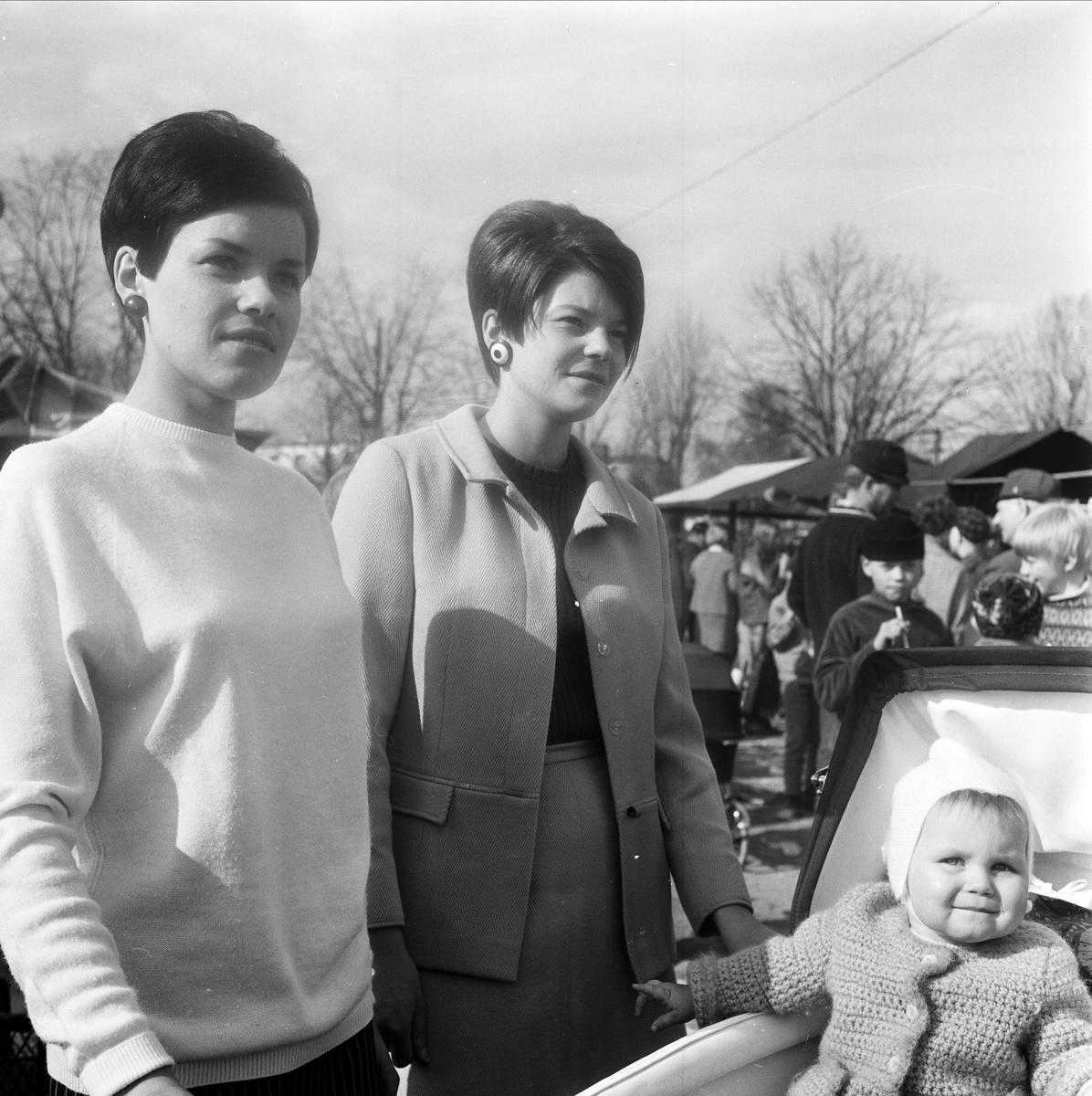 """Kvinnor med barn i barnvagn på """"maj-marknad i Tierp"""", Uppland 1967"""