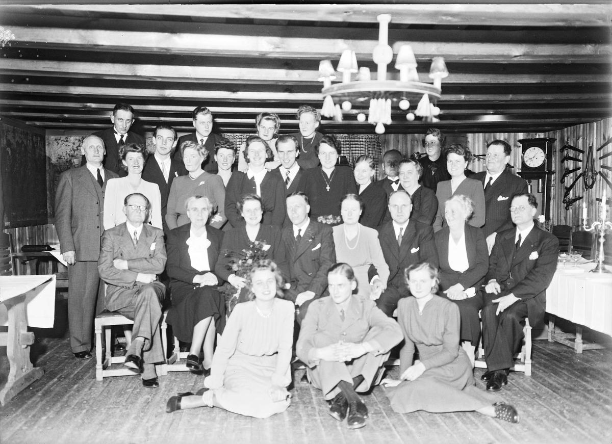 Bröllopsporträtt - grupp i Odinsborg, Gamla Uppsala, Uppland 1943