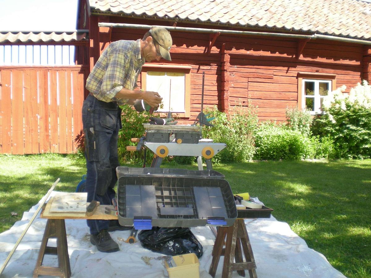 Håkan Wallentinsson renoverar fönster på friluftsmuseet Disagården, Gamla Uppsala, Uppland 2008