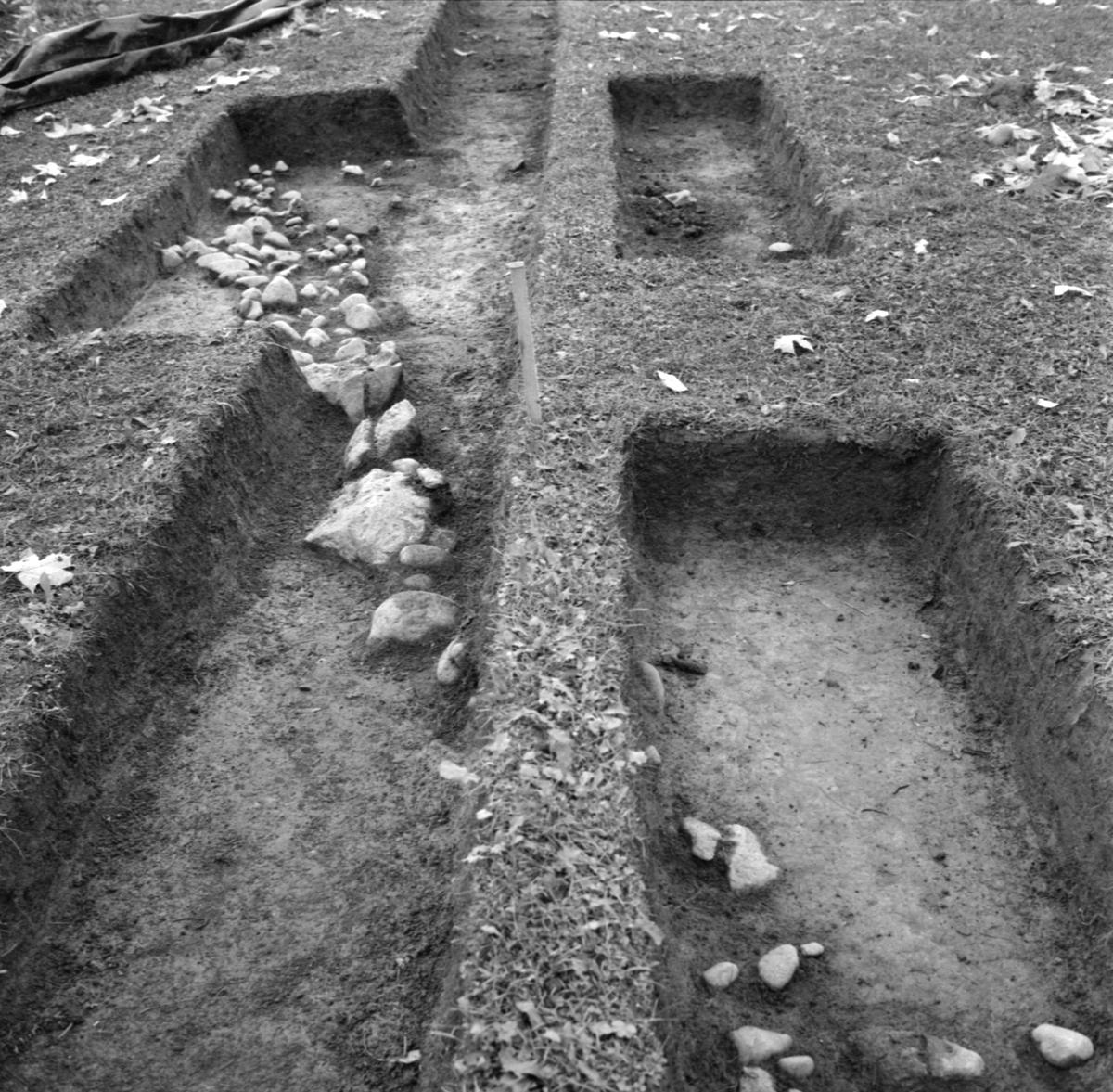 Kungsgårdsplatån, stensättning - Arkeologi Gamla Uppsala 1988