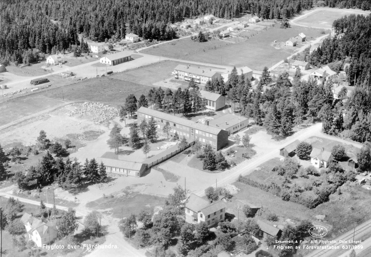 Flygfoto över Fjärdhundra med Fjärdhundraskolan, Simtuna socken, Uppland 1959