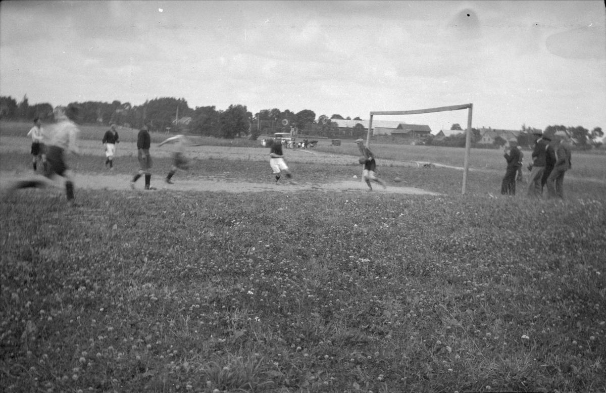 Österundas fotbollslag spelar seriematch. Målvakt Einar Eriksson