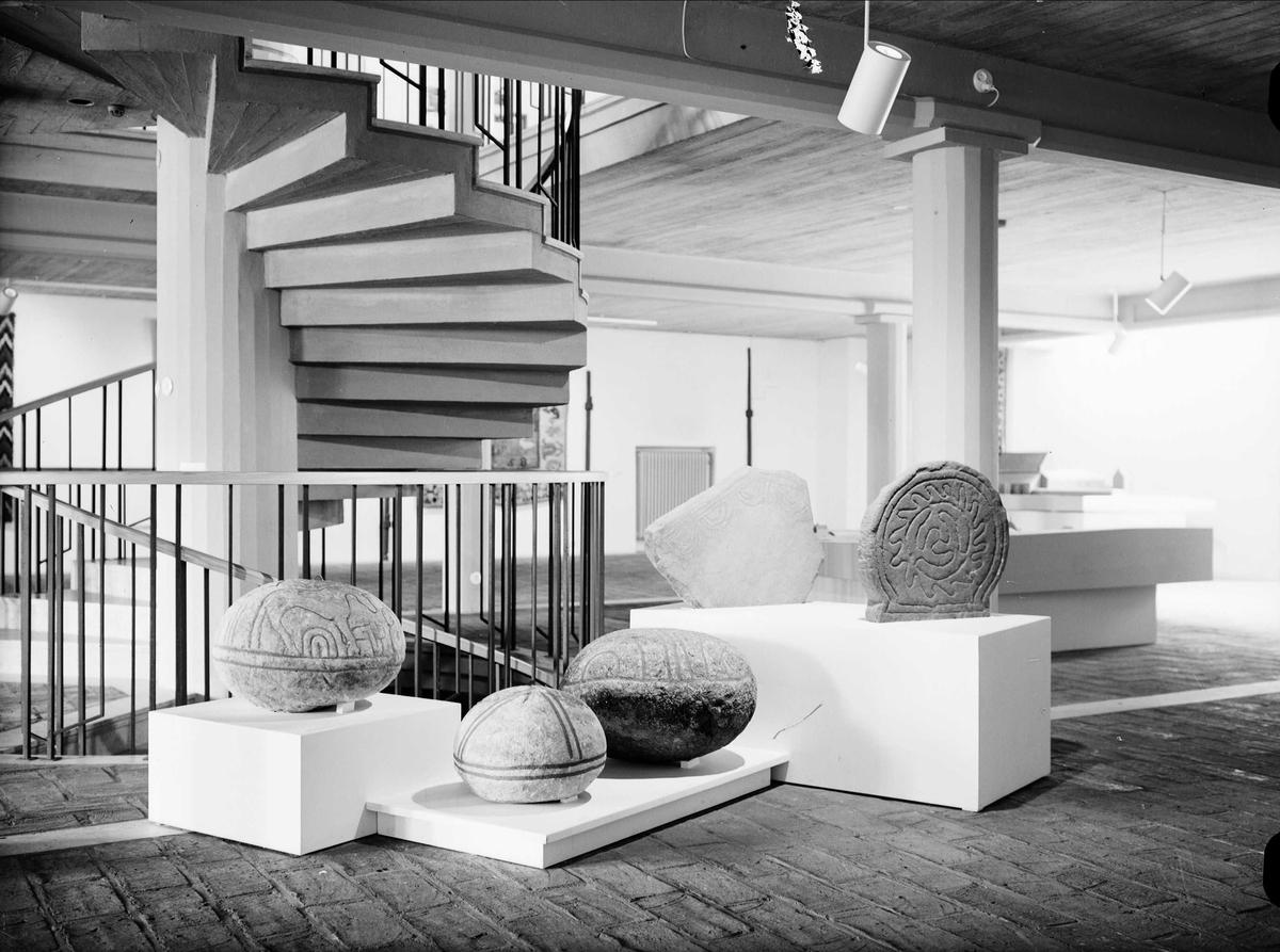 Gravklot och gravstenar i entréhallen, Upplandsmuseet, Uppsala 1959