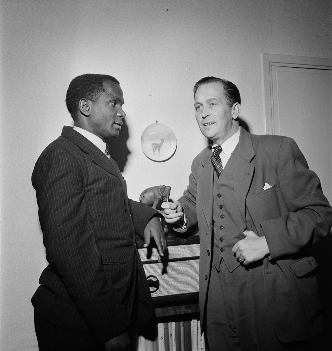 Mr Sospater K Zahoro från Bukoba i Tanzania samtalar med missionssekreterare Göran Widmark på Svenska kyrkans mission, Uppsala 1952