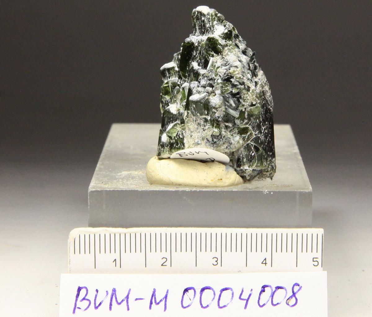Diopsid, små edle grønne krystaller.