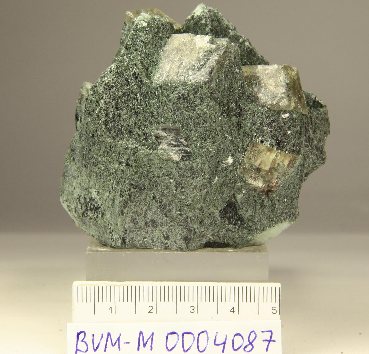 Magnesitt, grågul og gjennomskinnelig, i kloritt. 3 xls.
