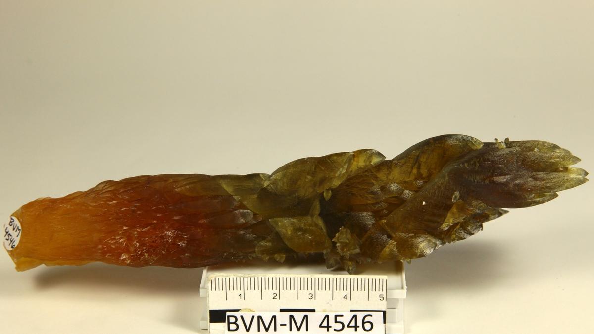 Kalsittstalagtitt, orange, gul og brun. Små krystaller på stalagtitt. Orange druse II, 190N, 111V