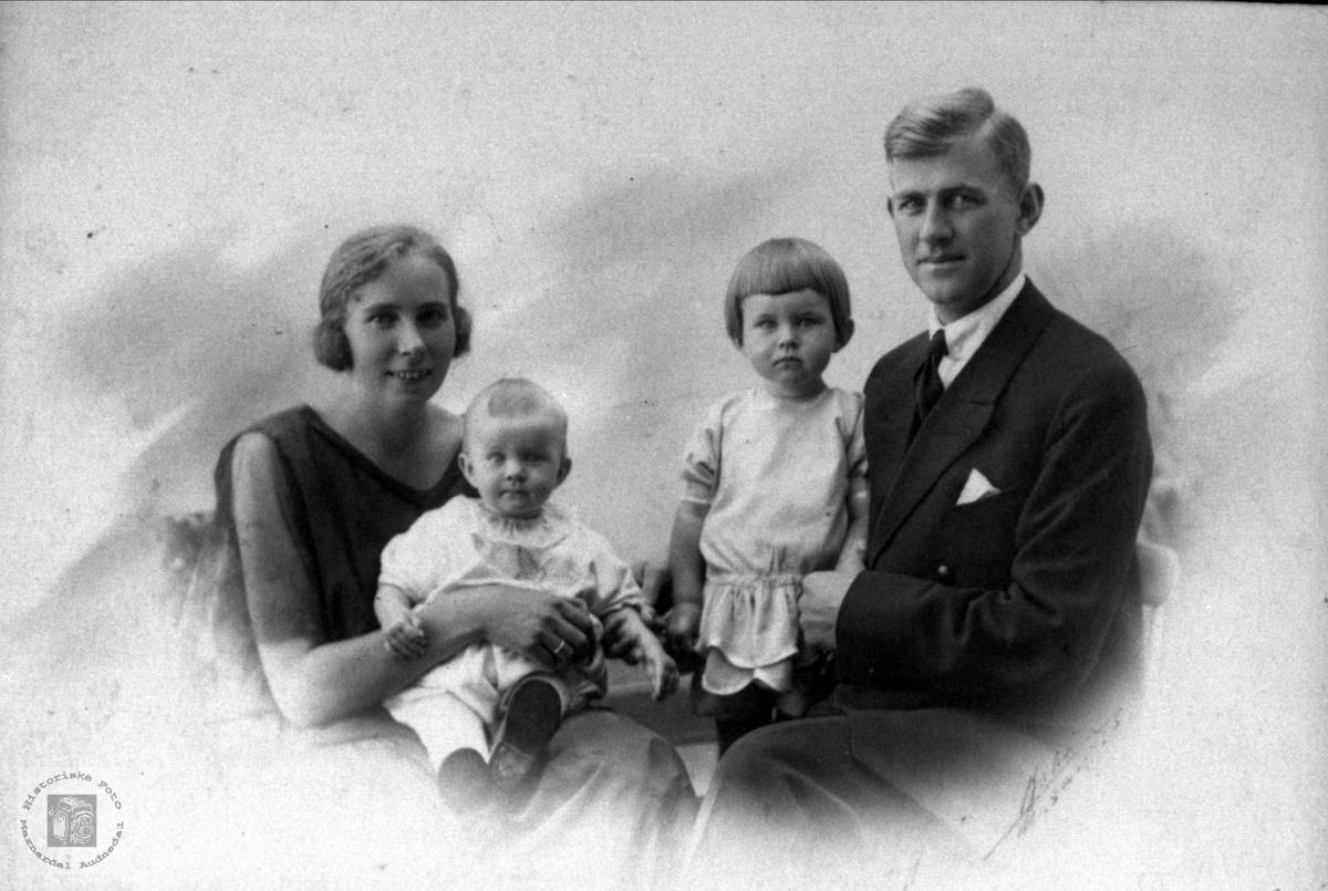 Familieportrett av ukjente muligens fra Hægeland.