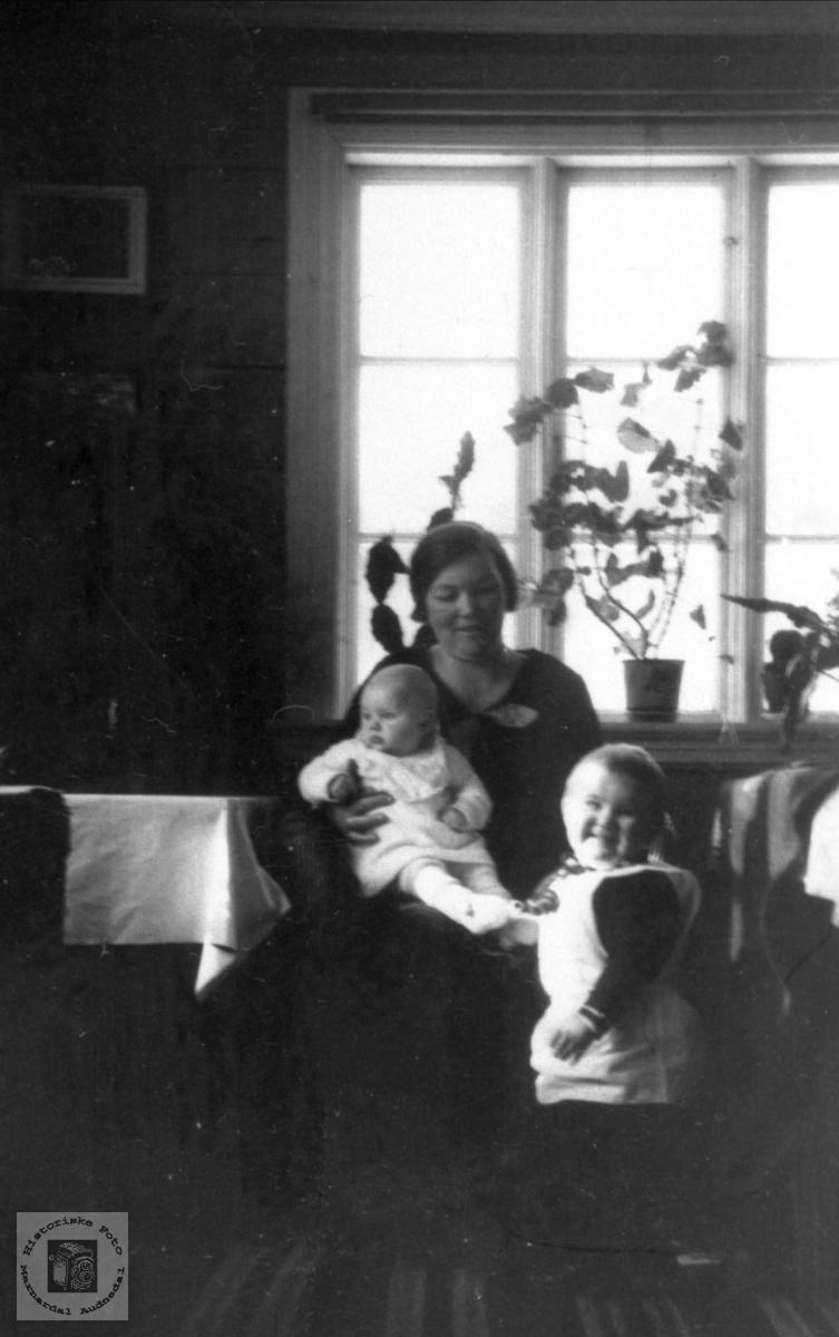Portrett av Anna med småjentene sine med røtter i Audnedal.