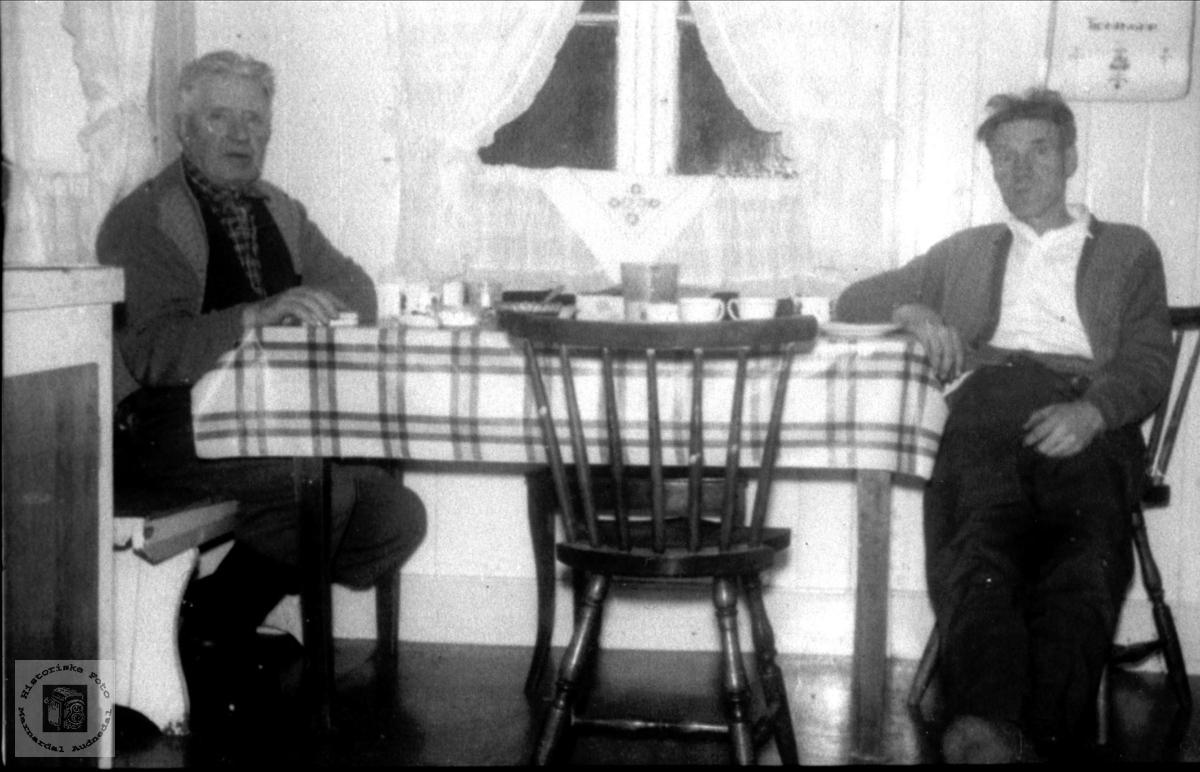 Ved kjøkkenbordet. Torkel Laudal og Gunnar Nordstrøm, Laudal.