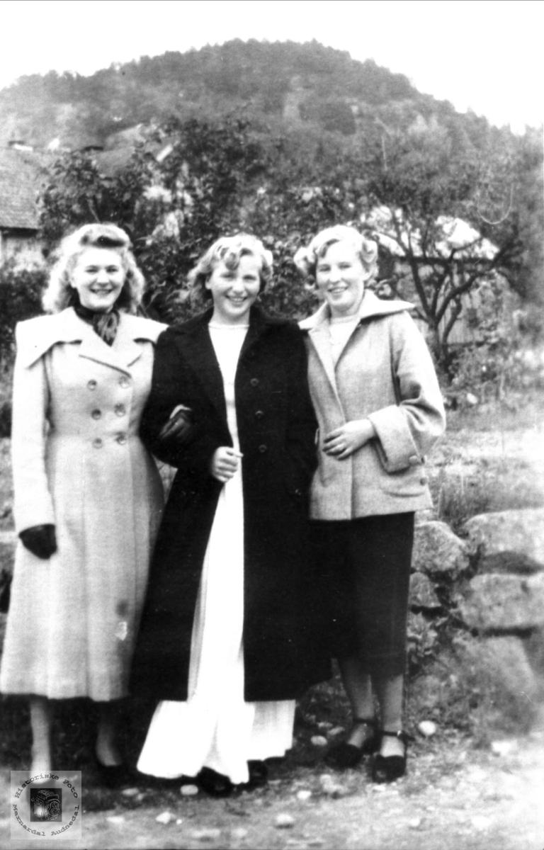 Tre jenter ved muren: Sigrid Sveinall, Solveig og Aslaug Laudal.