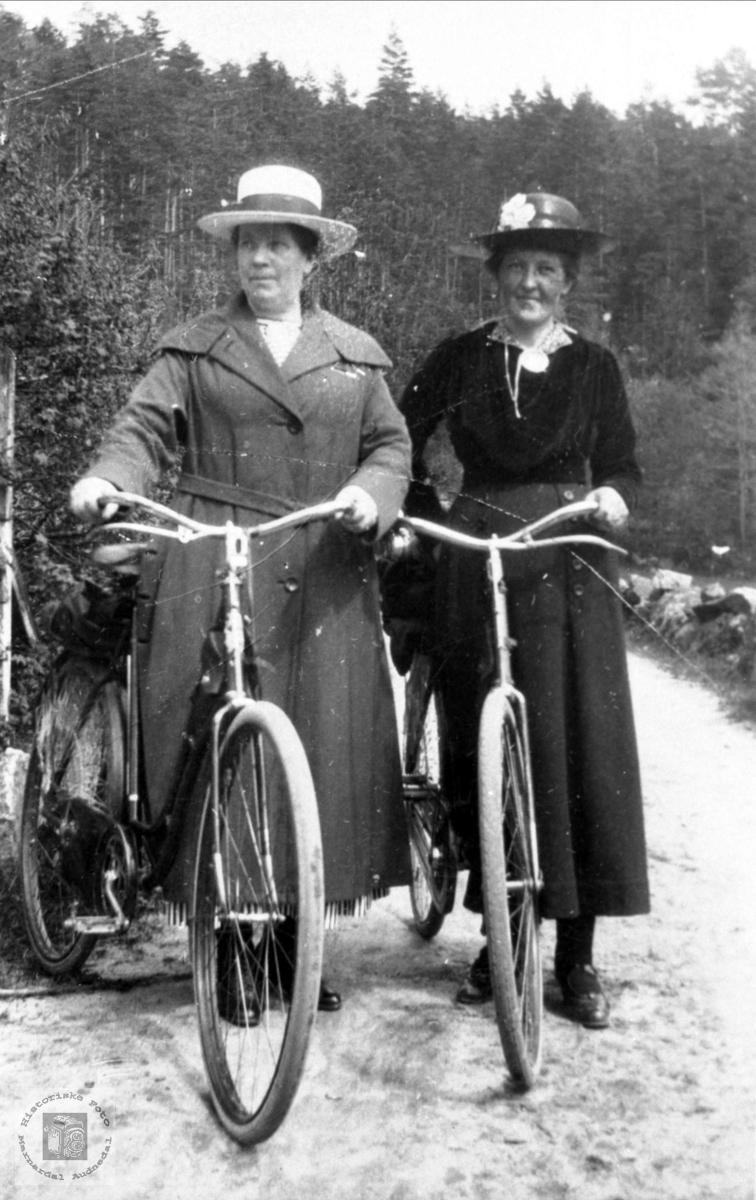 Syklister. Sofie Heddeland og ukjent.