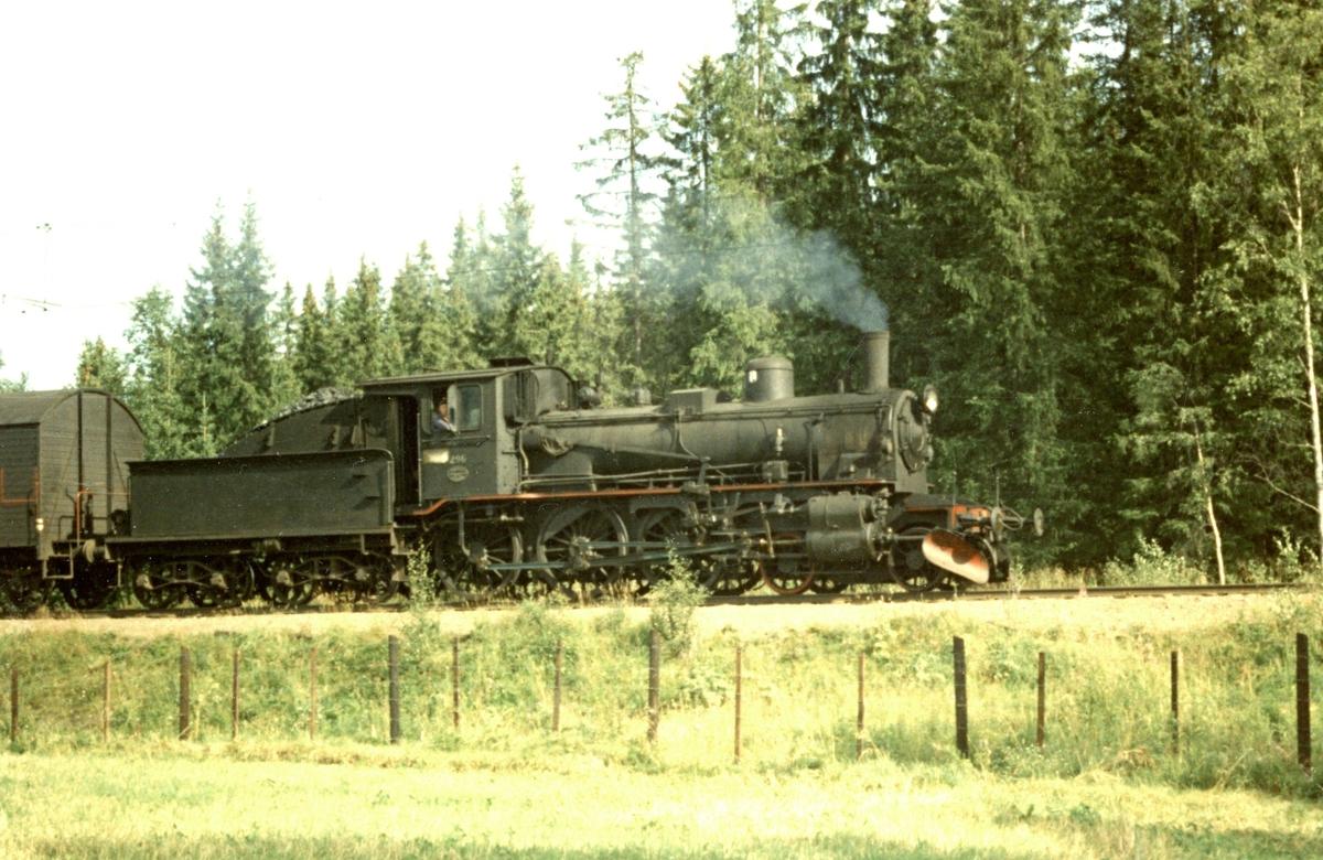 Godstog fra Skreiabanen underveis mellom Reinsvoll og Eina. Toget trekkes av damplok 27a 296.
