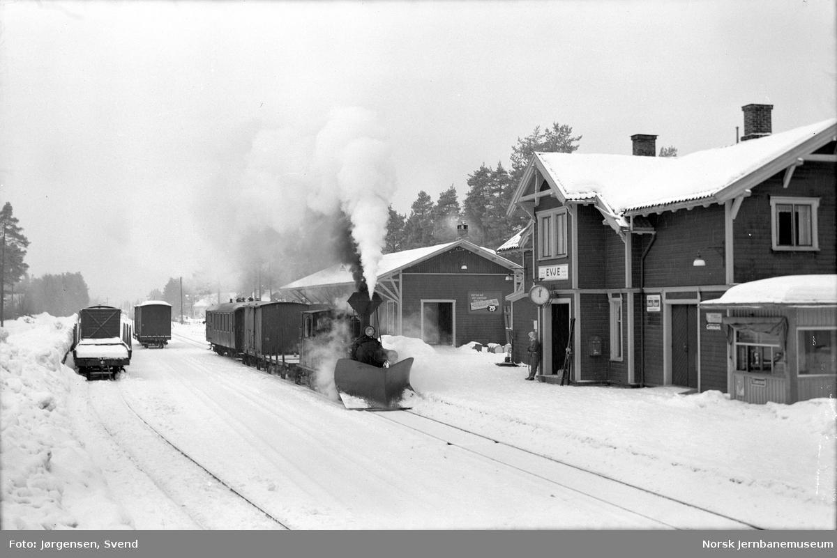Godstog med damplokomotiv på Evje stasjon