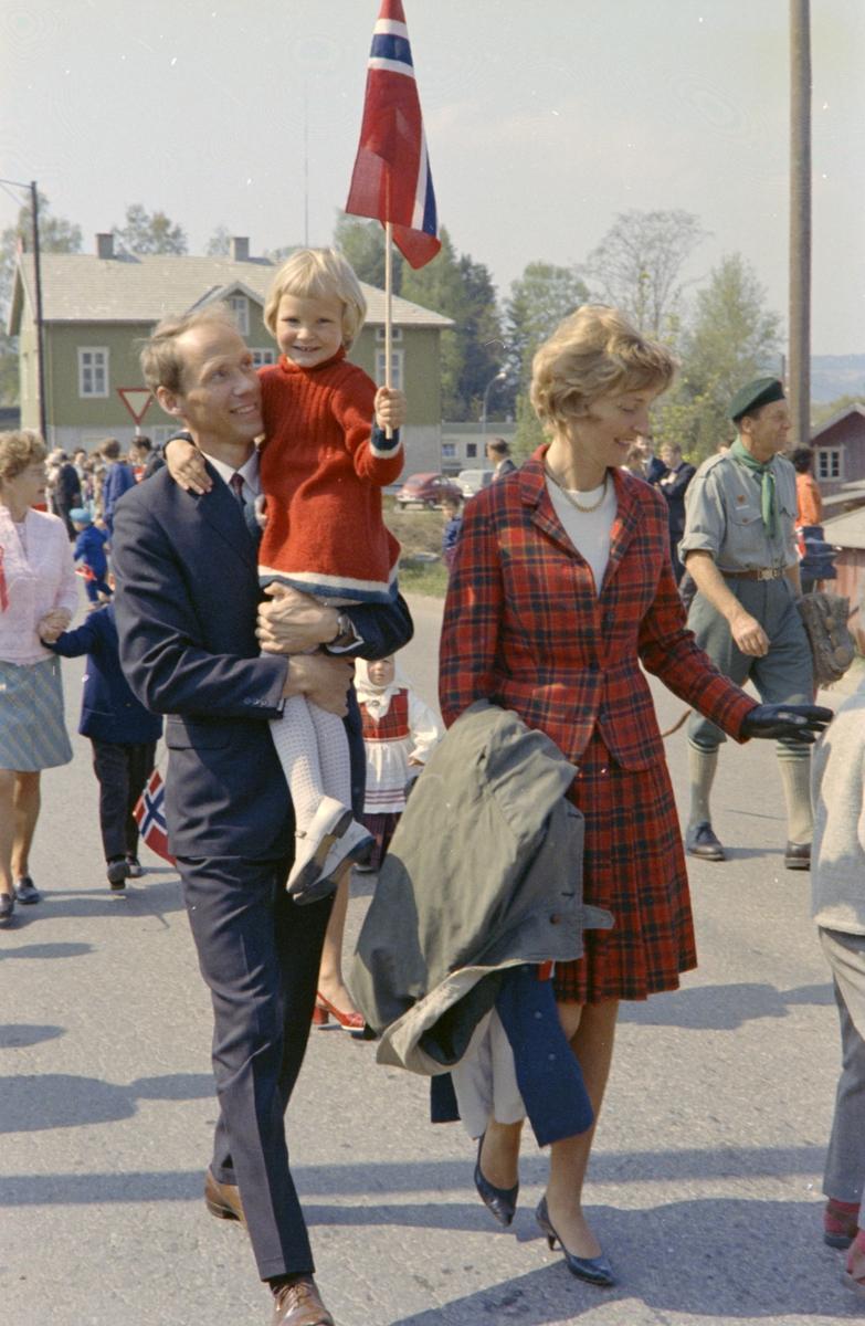 17. Mai. Brumunddal. 1970. Barnetoget, skoletoget, Lærer Bjørn Loraas.