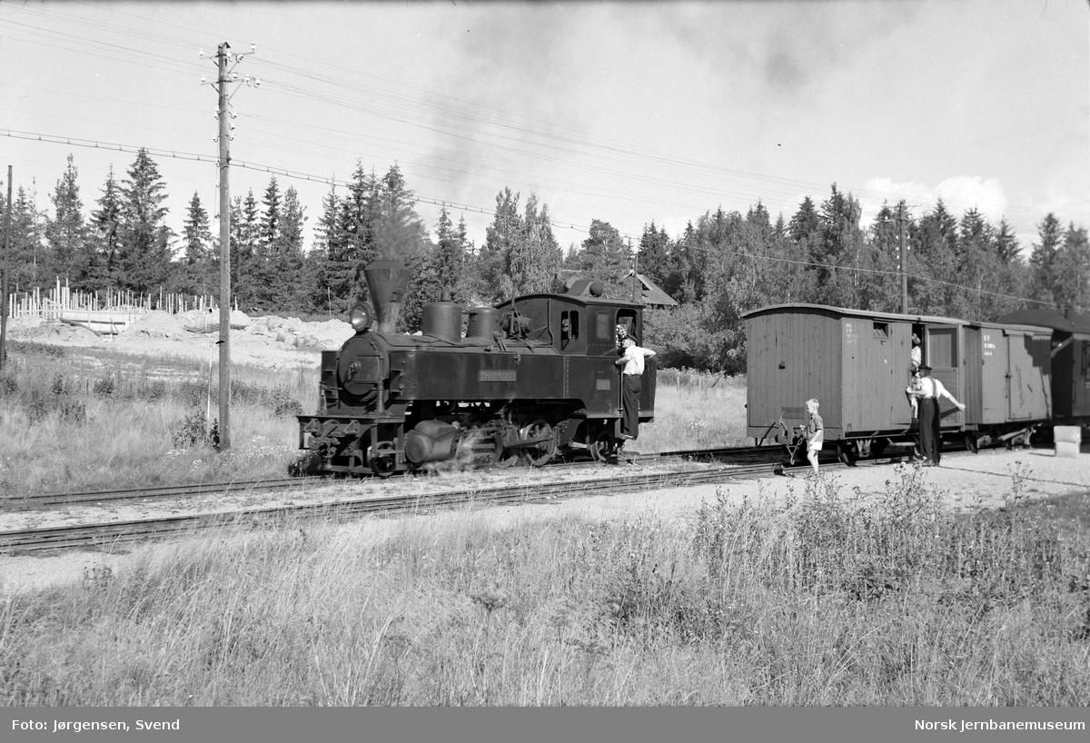 """Damplokomotiv nr. 4 """"Setskogen"""" med tog til Skulerud skifter på Fosser stasjon"""