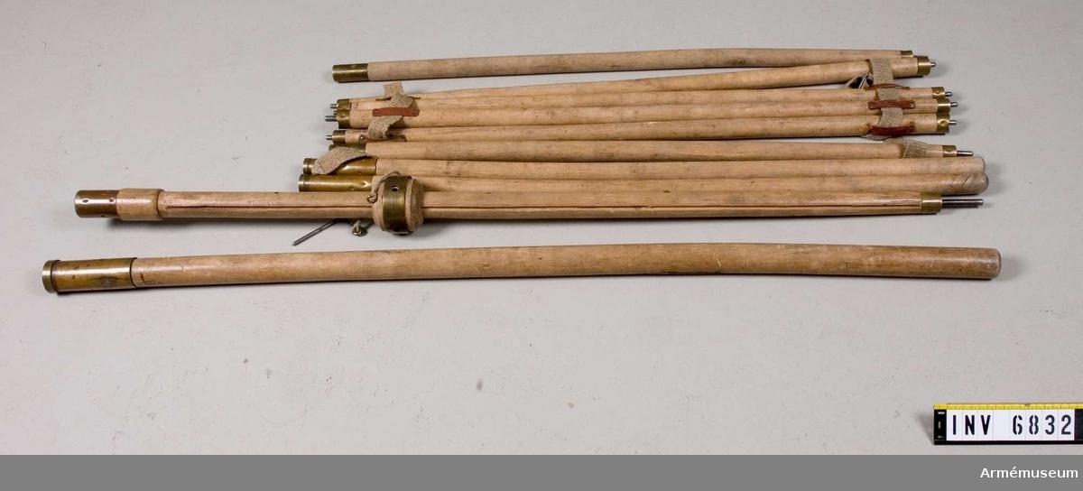 2 st mittstänger, l:130O mm och 1170 mm, d:45 mm. 4 st takstänger vardera 970 mm. 4 st hörnstolpar, vardera 970 mm. De fyra hörnstängerna bildar hopsatta två hörnstolpar.  Hörnstängerna är mässingbeslagna i varje ände. De är avsedda att bära upp tältets baldakin. Mittstången som bildas av de två 130O mm och 1170 mm långa stängerna är 2470 mm hög.  Den ena  stången har en krans vilken löper runt mittstången. Kransen har fyra hål i vilka takstängerna skall stickas in i vid monteringen av tältet. Stängernas andra ände sticks ut i de  fyra hörnan på tältet.  Mässingbeslagen krans; höj ooh sänkbar  och regleras med en spik vilken stoppas i ett hål nedanför  kransen genom mittstången. Takstängerna är mässingsbeslagna i  båda ändarna.  Dessutom har de 20 mm långa tenar i båda ändarna, avsedda att fästas i mittkransen och dessutom i de fyra hörnhålen. Därmed hålls taket utsträckt. Varje stång är  dessutom försett med ett 80 mm långt läderband i vardera änden.   Vid förvaring träs ett sadelgjordsband genom läderbanden och stängerna hålls på så sätt samman.  Samhörande nr är AM.6831-7