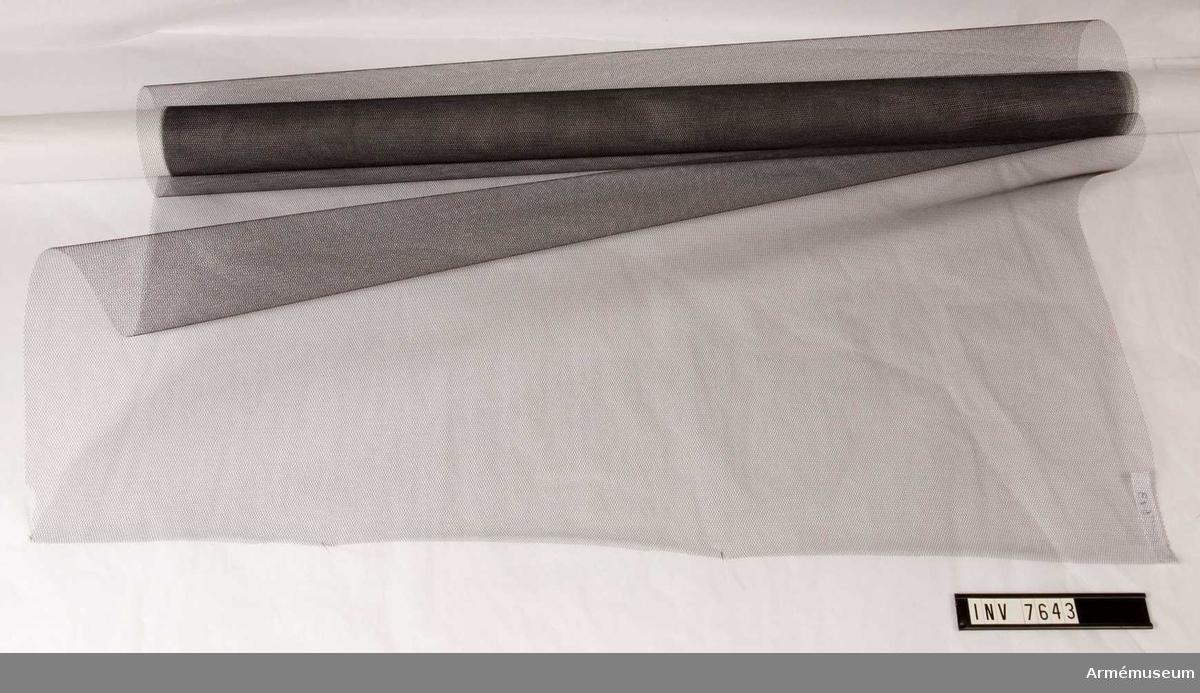 Sorgkravatt till standar för Sundsvalls luftvärn. Av svart tyll. Sorgkravatt användes endast vid kunglig begravning.  Samhörande 7637 - 7643.