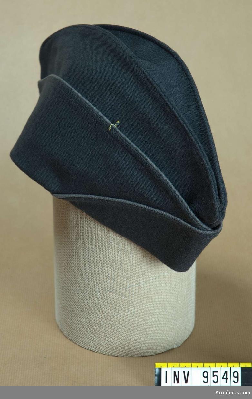 Båtmössa av fransk armémodell 1958.Av stålgrått ylletyg. Har grått konstsidenfoder och grå svettrem. Runt brättena en grå passpoal.