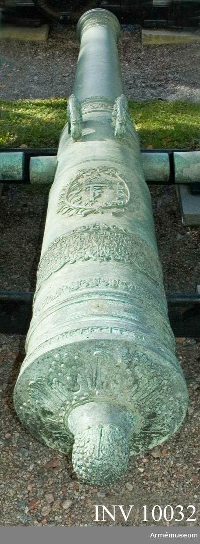 """Grupp A I.  Byte från intagandet av fästningen Glückstadt i Holstein 5 januari 1814. Tillhör det första kända danska artilleri-systemet vilket infördes av Fredrik III omkring 1649 och som i allmänhet kallas """"Fredrik III:s Rids"""".  Enligt å kammarbandet befintlig inskrift gjuten i Glückstadt 1655. Under Fredrik  III:s namnchiffer finns följande inskrift: """"FRIDERICVS 3. REX DANAE ET NORWEGI CHRISTIANUM COMITEM IN RANTZOW BINA LEGATIONE VAN AD IMPERATOREM FERDINANDVM 3  ALTERA IN COMITVS RATIBONENSIBVS FVNGI VOLVIT QVAS CVM DEXTERE AD EOQVE FELICITER ABSOLVISSET EVNDEM SALVVM REDVCEM QVE PROPITIVS EXCEPIT ET HOCCE IN CERTISSIMVM REGIAE CLAMENTIAE SIGNVM TORMENTO AENEO DONAVIT ANNO CHRISTI MDCLV.""""   (Fredrik III. Danmarks och Norges konung, beslöt att skicka greve Kristian av Ranzow i två beskickningar, den ena till kejsar Ferdinand III, den andra till riksdagen i Regensburg och uträttade han den så förträffligt och till den grad lyckligt, att konungen, då han oskadd återkommit, mottog  honom nådigt och skänkte honom såsom ett säkert bevis på sin kungliga bevågenhet denna kopparkanon i herrens år 1655).  Loppets relativa längd: 25 kal. Det långa fältet har inte fru Fortuna som pjäser från Glückstadt brukar ha. Kammarsiraterna saknar viktmärkning. Druvhalsen märkt """"5""""."""
