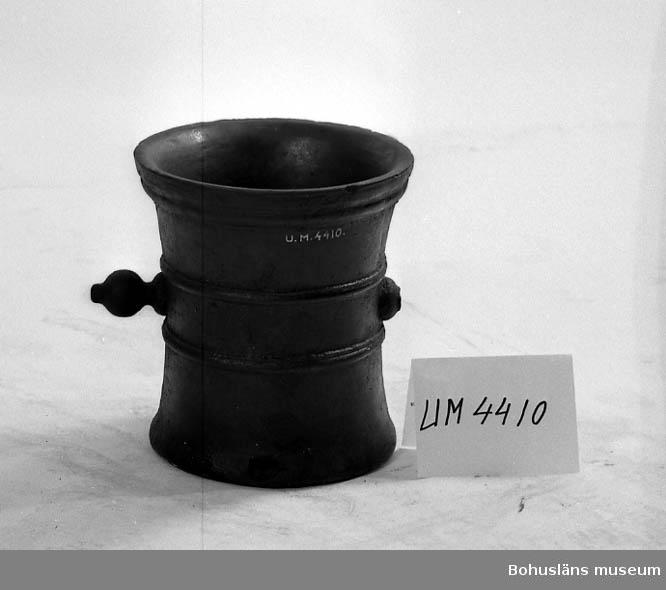 Ur handskrivna katalogen 1957-1958: Stor mortel H. 38,5 D. (upptill) 35,5 cm; av järn, m. runda handtag på sidorna, d. ena brutet. Hela  Lappkatalog: 60