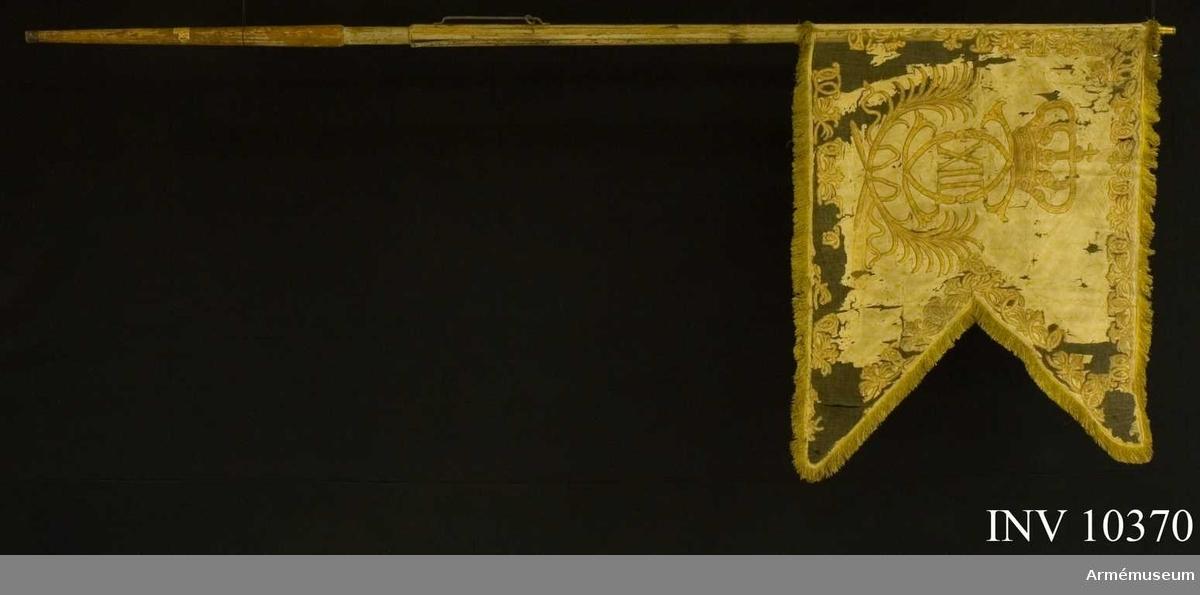 Grupp B I.  Duk med krönt Karl XII:s spegelmonogram med palmkvistar under. Obekant regemente. Bredd 116 och 76 cm.