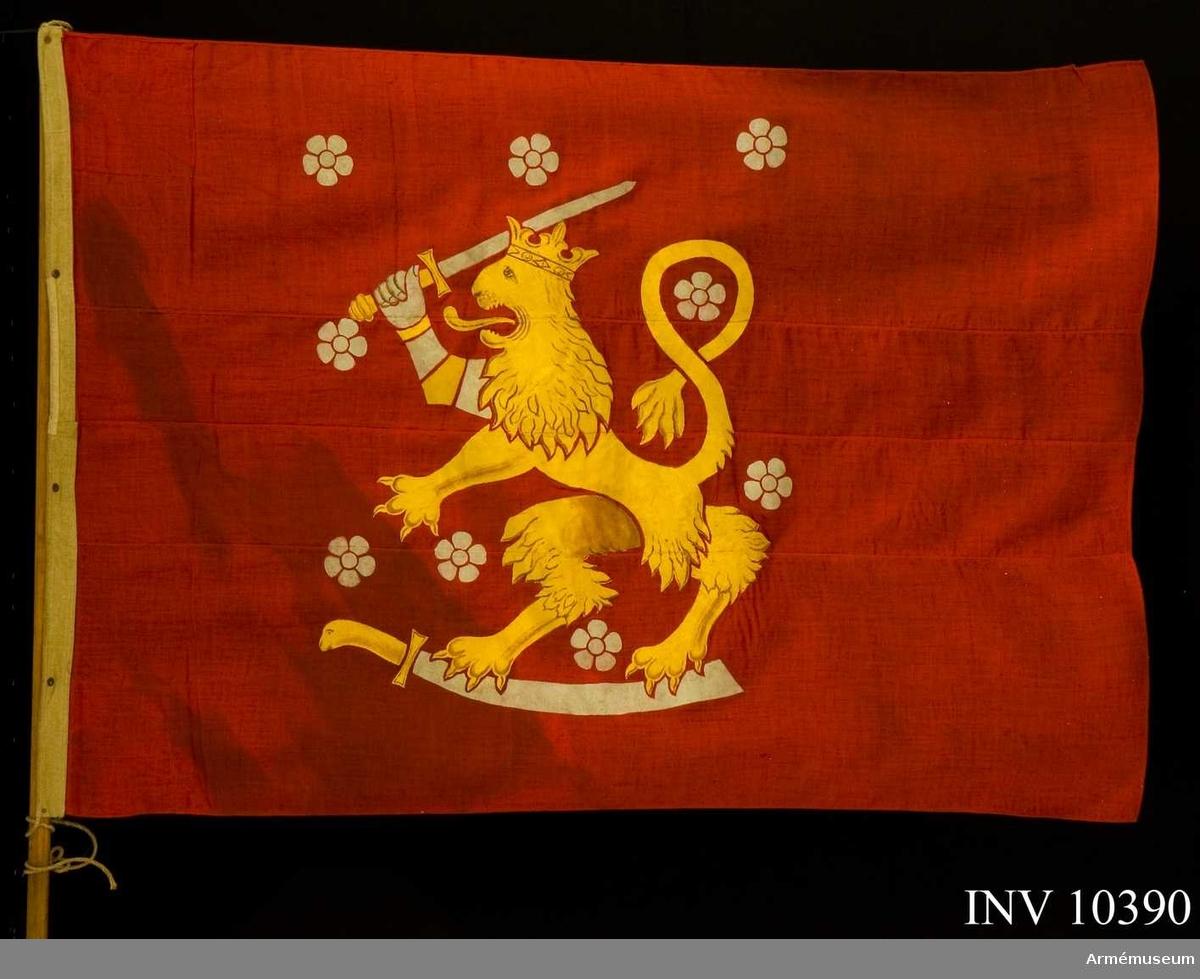 Grupp B I.  Den röda fanan är skänkt och sydd av damer i  Vasa för att bäras i processioner vid de stupades hemfärd.   Duk av rött, tvåskaftat ylle, förstärkt i hörnen. I mitten målade emblem: Finlands vapen, ett med en öppen krona krönt lejon, förande två svärd följt av sju rosor. Lejon gult med   bruna skuggor, rosor och svärd vita (silvergrå). Fanan fäst vid stången liksom en flagga: upptill med en ögla över och omkring spetsen, nedtill knuten med rep. Dessutom fäst med fem järnnubb   på runda läderplattor. Det är alltså egentligen en flagga, som apterats till fana. Stång av furu, brun. Doppsko av järnrör. Spets snidad i trä, rombisk, bronserad, fäst vid stången med träskruv.