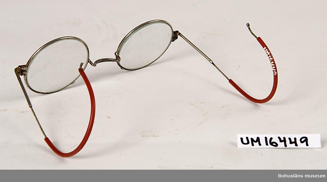 Föremålet visas i basutställningen Kustland,  Bohusläns museum, Uddevalla.  Skyddsglasögon för stenhuggare. Runda bågar. På skalmarnas ytterända runt örat, rött gummi.