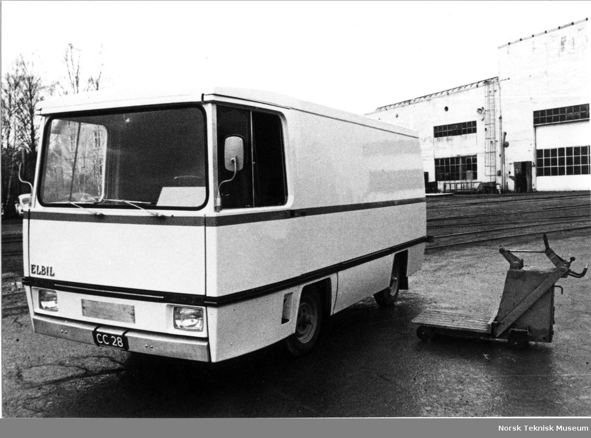 Den elektriske bilen til det norske ELBIL prosjektet ferdig bygget : fotografert foran Strømmens Verksted med prøveskilter CC 28 fotografert i 1972