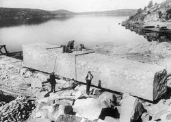 Hogging av monolittsteien ved steinbruddet i Iddefjorden.
