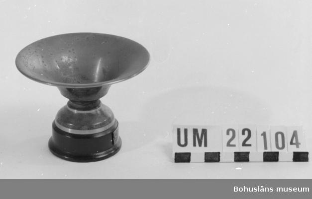 """410 Mått/Vikt ! 0,03 KG,  H 7,  DIAM 9,  DIAM 5 CM 594 Landskap BOHUSLÄN  Pris för handgranatskastning. Märkt i botten: """"Svea Metall"""".  UMFF 77:9"""