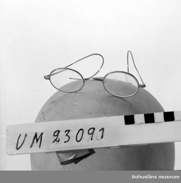 594 Landskap BOHUSLÄN  Små ovala glas. Smala skalmar. Möjl. tillhört C. Wenander.
