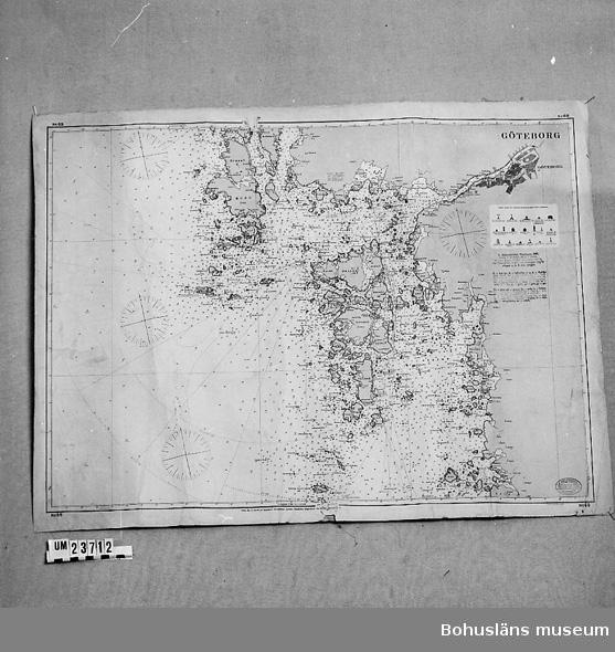 """Sjökort Göteborg o Göteborgs skärgård. No 69. Använd inom AB Bohuslänska Kusten. """"K Sjöfartsverket, Stockholm 1891. Skala 1:50.000. Djup i meter ---"""". I nedre högra hörnet oval anilinstämpel: """"K. Sjöfartsverket, Stockholm. Rättad 1902"""".  Utom ramen: """"Pris kr 3, tryckt på tygpapper. Försäljningsagentur: Nordiska Magasinet, Stockholm, Skeppsbron 10. Grav. af A.N. Lundh""""."""