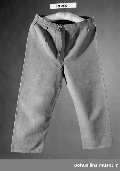 Knälånga. Ljusblå. Gylf med vit knapp. Underplagg vid fiske. Blå kalsonger användes till vardags och vit när det var helg. Brukaren är tillverkarens man. Lennart Corneliusson född 1908.
