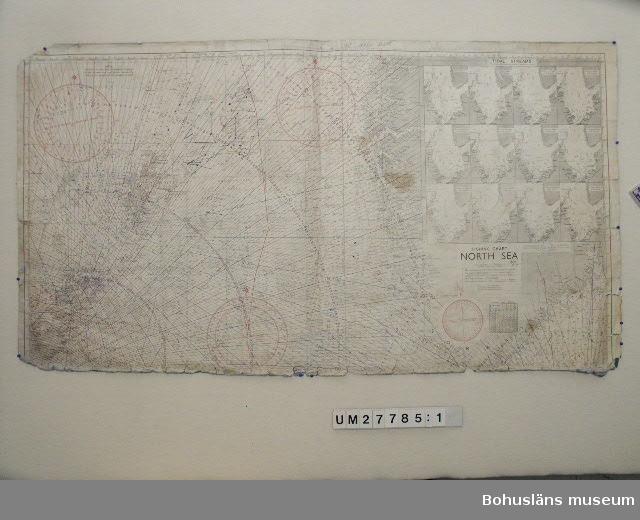 """Föremålet visas i basutställningen Kustland,  Bohusläns museum, Uddevalla. 594 Landskap Bohuslän 503 Kön Man  Dubbelvikt sjökort av papper med tryck på ena sidan och blåfärgad baksida över Nordsjön i skala 1:631 000, """"Fishing Chart North Sea"""". Sjökortet innehåller linjer för deccanavigering, tidvattenströmmar i 12 tidsutsnitt samt  markeringar för """"Telegraph Cables, Rough & Foul Ground for Trawling, Mud Bottom Areas, Fishing Limits"""". Påklistrad pappersetikett på baksidan, bl a med texten: """"70 A NORTH SEA  NORTH SHEET DECCA (6c). """" Den nedre delen av sjökortet saknas.  I farvattnen  No om Shetlandsöarna finns ett drygt tjugotal markeringar utritade med bläckpenna för positionering av backelänken,  """"kasten"""". Trasigt med flera revor, vikningar och (kaffe?)-fläckar.  Sjökortet och övrigt material är insamlade från Klas Berntsson i Grundsund och är använt på långafiske ombord på LL Sandö 158 under åren 1972 - 1992.  För ytterligare upplysningar om förvärvet, se UM27777."""