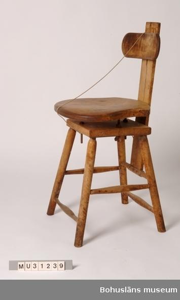 Arbetsstol för konservinläggning. Av kontorsstolsmodell, rörlig sits och ryggstöd. Ersatte äldre stolstyp, se UM20857.  Denna stol har stått som rekvisitaföremål i basutställningen Kustbor/Konserven mellan åren 1984 och 2007 men samlades in tillsammans med övrigt material. Likadan stol som UM20860.