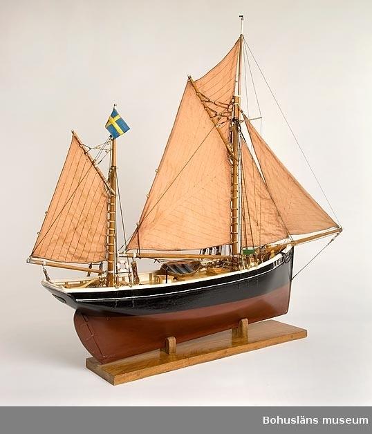"""Modell av riggad engelsk kutter. Skrov och alla detaljer såsom riggning och block är tillverkade för hand. I aktern på båtmodellen står namnet """"PATER-DALE KÄRINGÖN"""", i fören skrivet  """"LL49"""".   Rut Kaldén, Olofs hustru, har barkat segelduken med katechu och sytt seglen och sonen  Carl-Olof har likat seglen.   Ur punktnummerkatalogen 1958-1976: Olof Kaldén"""