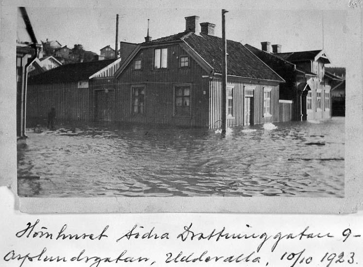 """Text på kortet: """"Hörnhuset Södra Drottninggatan 9 - Asplundsgatan, Uddevalla, 10/10 1923""""."""