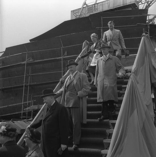 Dop och sjösättning av fartyg 146 M/S Portia. Fartygets gudmor med sällskap är på väg ner från tribunen.