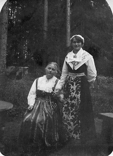 """Enligt noteringar: """"Lilla mor och fröken Briger, vår hushållsfröken."""""""